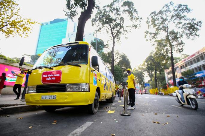 Độc đáo xe bus phát khẩu trang miễn phí giữa trung tâm TP HCM - Ảnh 2.