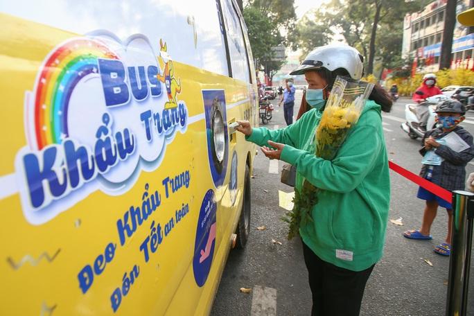 Độc đáo xe bus phát khẩu trang miễn phí giữa trung tâm TP HCM - Ảnh 1.