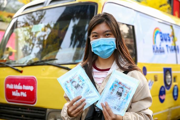 Độc đáo xe bus phát khẩu trang miễn phí giữa trung tâm TP HCM - Ảnh 8.