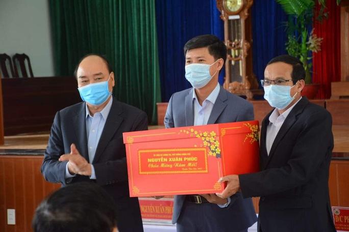 Thủ tướng Nguyễn Xuân Phúc thăm và tặng quà cho hộ nghèo ở Quảng Nam - Ảnh 2.