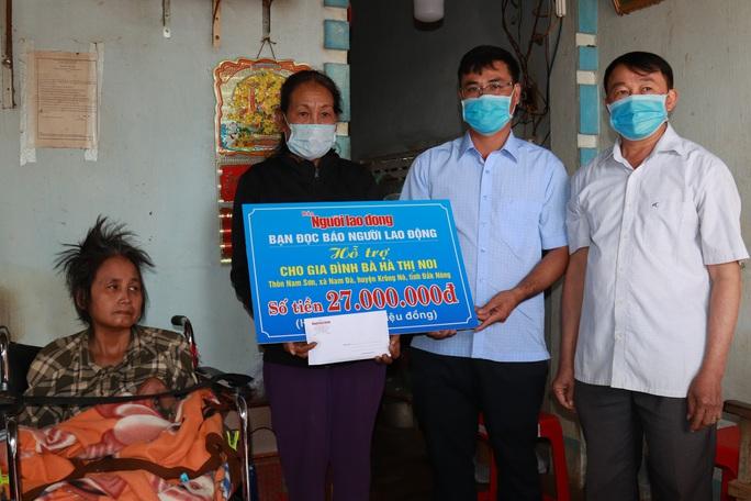 Bạn đọc Báo Người Lao Động hỗ trợ 32 triệu đồng cho người phụ nữ có chồng và con liệt giường - Ảnh 1.