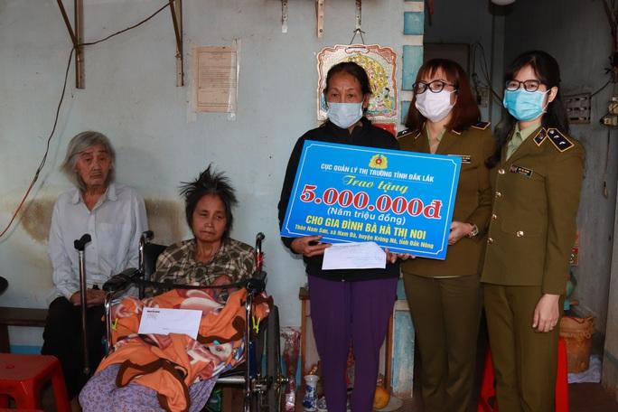 Bạn đọc Báo Người Lao Động hỗ trợ 32 triệu đồng cho người phụ nữ có chồng và con liệt giường - Ảnh 2.