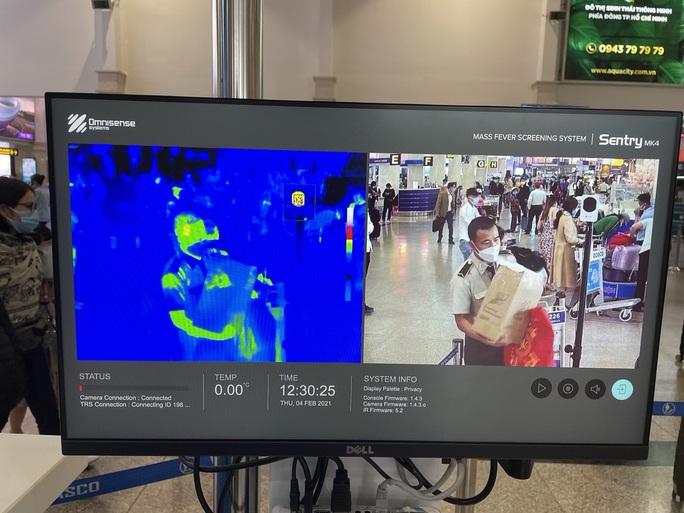 Sân bay Tân Sơn Nhất vẫn hoạt động bình thường sau khi xuất hiện ca nghi nhiễm Covid-19 - Ảnh 3.