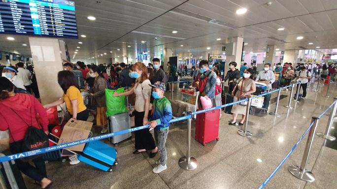 Sân bay Tân Sơn Nhất vẫn hoạt động bình thường sau khi xuất hiện ca nghi nhiễm Covid-19 - Ảnh 2.