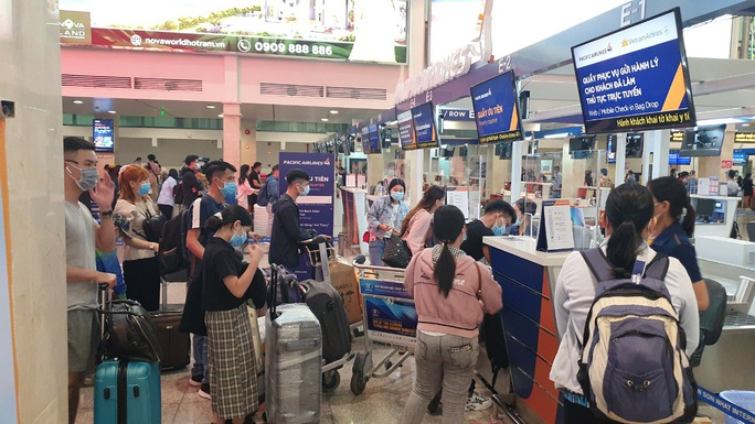 Sân bay Tân Sơn Nhất vẫn hoạt động bình thường sau khi xuất hiện ca nghi nhiễm Covid-19 - Ảnh 1.