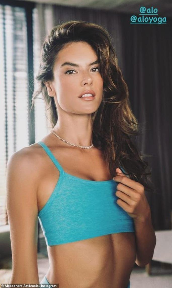 Siêu mẫu Alessandra Ambrosio mặc đồ yoga khoe dáng - Ảnh 5.