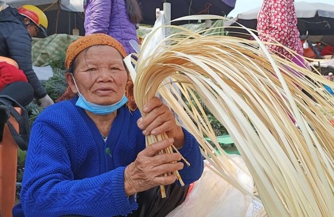 CLIP: Những người phụ nữ chẻ lạt giang gói bánh chưng ở chợ đầu mối - Ảnh 7.