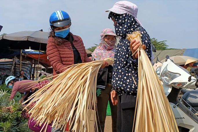 CLIP: Những người phụ nữ chẻ lạt giang gói bánh chưng ở chợ đầu mối - Ảnh 6.
