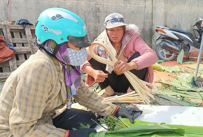CLIP: Những người phụ nữ chẻ lạt giang gói bánh chưng ở chợ đầu mối - Ảnh 5.