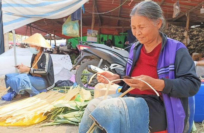 CLIP: Những người phụ nữ chẻ lạt giang gói bánh chưng ở chợ đầu mối - Ảnh 2.