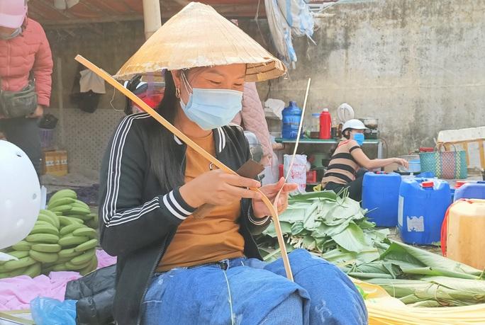CLIP: Những người phụ nữ chẻ lạt giang gói bánh chưng ở chợ đầu mối - Ảnh 3.