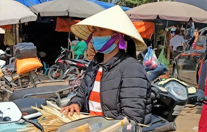CLIP: Những người phụ nữ chẻ lạt giang gói bánh chưng ở chợ đầu mối - Ảnh 9.