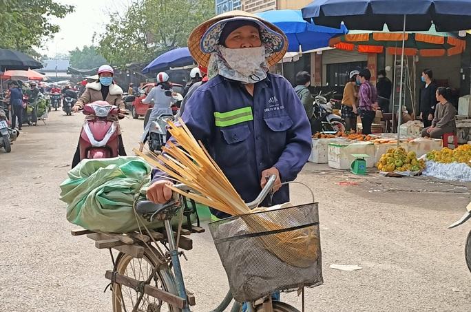 CLIP: Những người phụ nữ chẻ lạt giang gói bánh chưng ở chợ đầu mối - Ảnh 10.