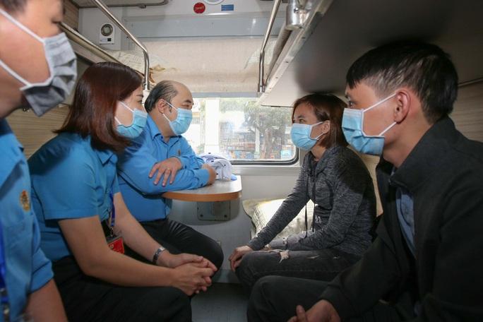 Chuyến tàu mùa Xuân đưa 500 gia đình công nhân về quê đón Tết - Ảnh 7.
