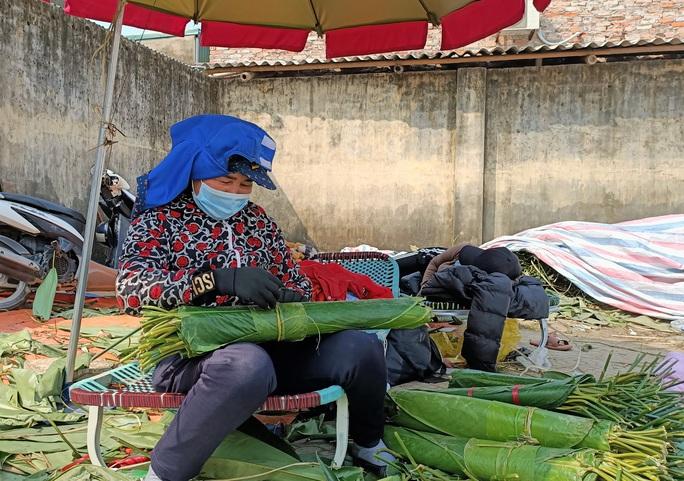 CLIP: Những người phụ nữ chẻ lạt giang gói bánh chưng ở chợ đầu mối - Ảnh 13.