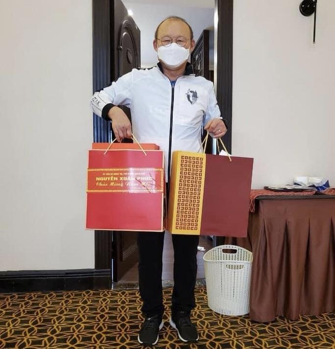 HLV Park Hang-seo nhận quà chúc Tết từ Thủ tướng Nguyễn Xuân Phúc - Ảnh 1.