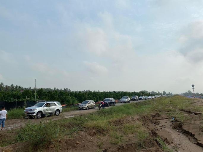 Xe kẹt cứng, giao thông hỗn loạn trên đường từ TP HCM về miền Tây - Ảnh 2.