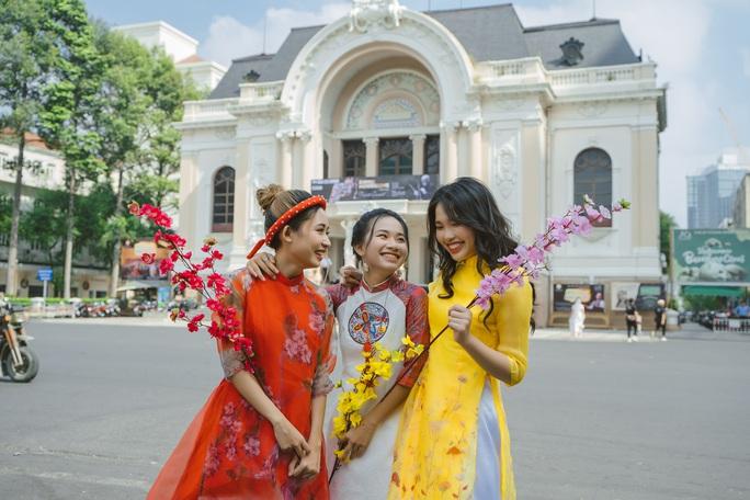 Dàn nghệ sĩ Việt chúc Tết khán giả trong Tết là để yêu thương - Ảnh 1.
