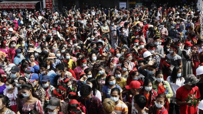 Hàng chục ngàn người biểu tình ở Myanmar - Ảnh 1.