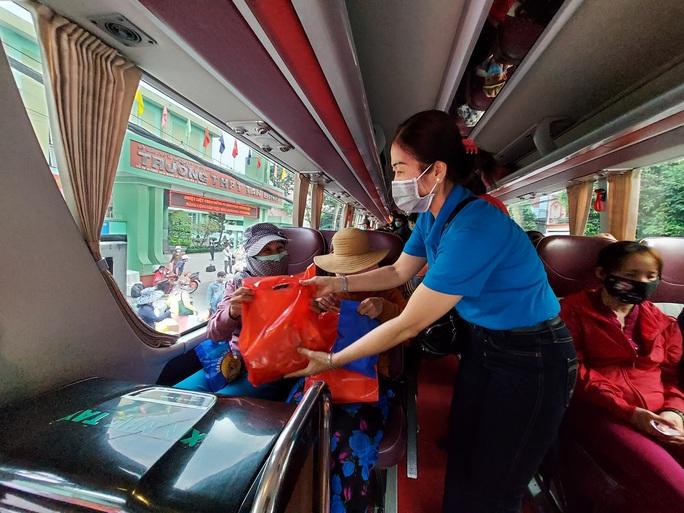 Chuyến tàu mùa Xuân đưa 500 gia đình công nhân về quê đón Tết - Ảnh 9.