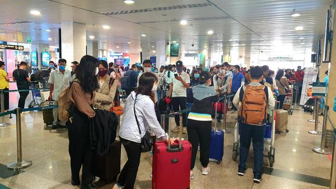 Xét nghiệm 4 mẫu gộp ở sân bay Tân Sơn Nhất: 4 trường hợp nghi nhiễm SARS-CoV-2 - Ảnh 1.