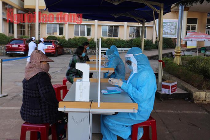 Người dân Gia Lai có vẻ chủ quan khi bỏ giãn cách xã hội - Ảnh 1.