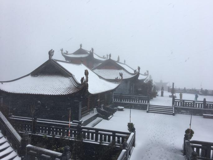 CLIP: Cảnh tuyệt đẹp trên đỉnh Fansipan khi mưa tuyết rơi dày - Ảnh 3.