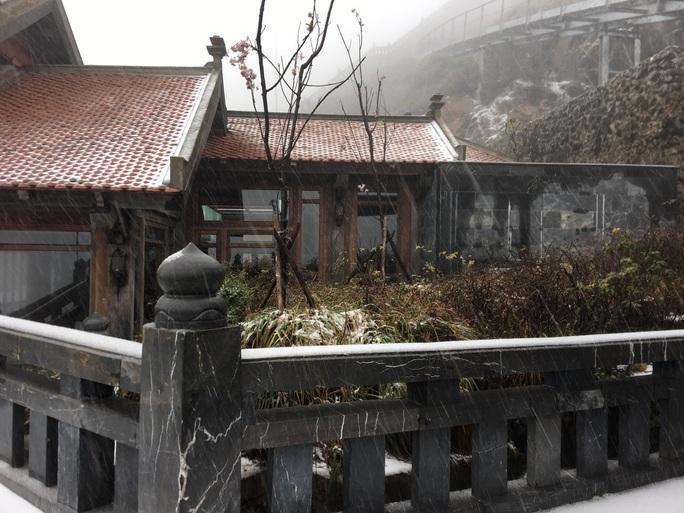 CLIP: Cảnh tuyệt đẹp trên đỉnh Fansipan khi mưa tuyết rơi dày - Ảnh 9.