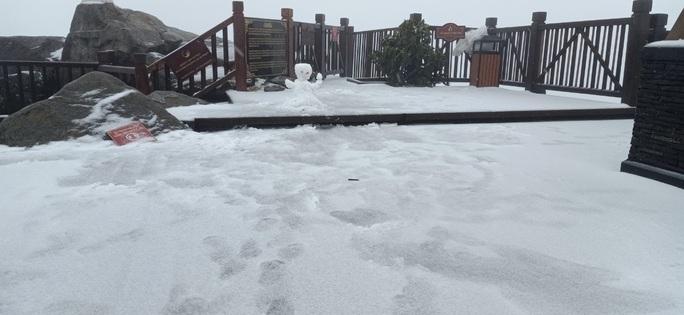 CLIP: Cảnh tuyệt đẹp trên đỉnh Fansipan khi mưa tuyết rơi dày - Ảnh 5.
