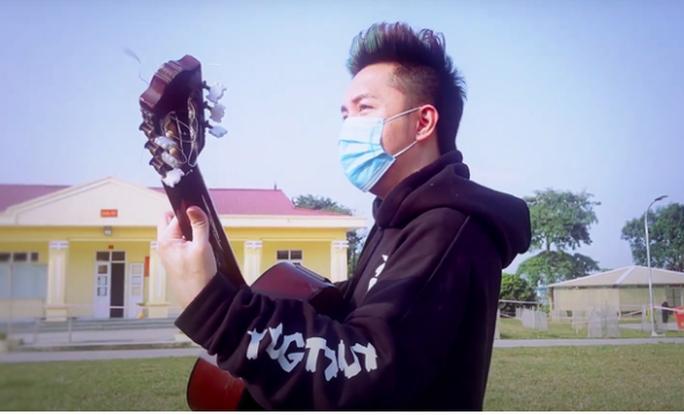 Ca sĩ Minh Vương lạc quan thực hiện MV cổ vũ người dân chống dịch Covid-19 trong khu cách ly - Ảnh 1.