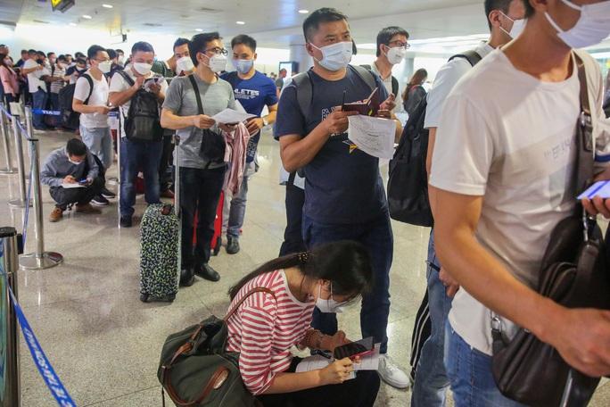Cục Hàng không chỉ thị cấp bách sau khi phát hiện nhân viên sân bay Tân Sơn Nhất nhiễm Covid-19 - Ảnh 1.