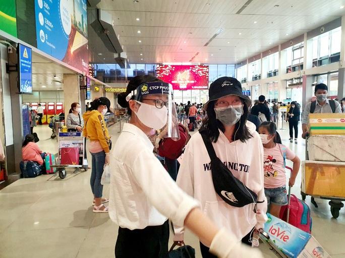 Thêm 4 nhân viên sân bay Tân Sơn Nhất mắc Covid-19 - Ảnh 1.