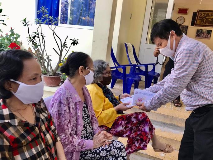 Thăm nhà báo bị bệnh hiểm nghèo, nghệ sĩ lão thành - Ảnh 3.