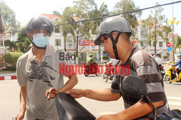 CLIP: Bạc Liêu ra quân xử phạt người không đeo khẩu trang nơi công cộng - Ảnh 2.