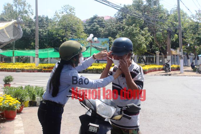 CLIP: Bạc Liêu ra quân xử phạt người không đeo khẩu trang nơi công cộng - Ảnh 7.