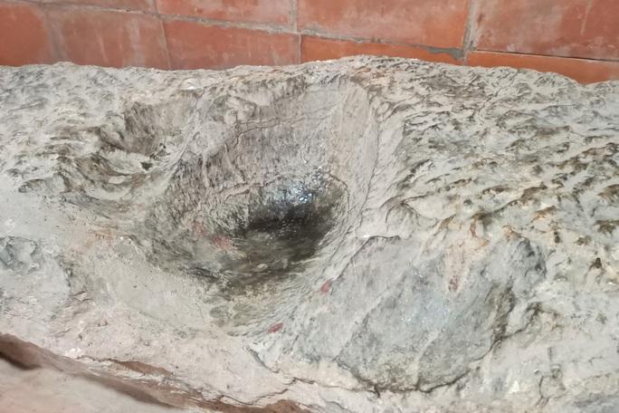 Tảng đá kỳ lạ in hình đầu người và đôi bàn tay ở Thành nhà Hồ - Ảnh 4.