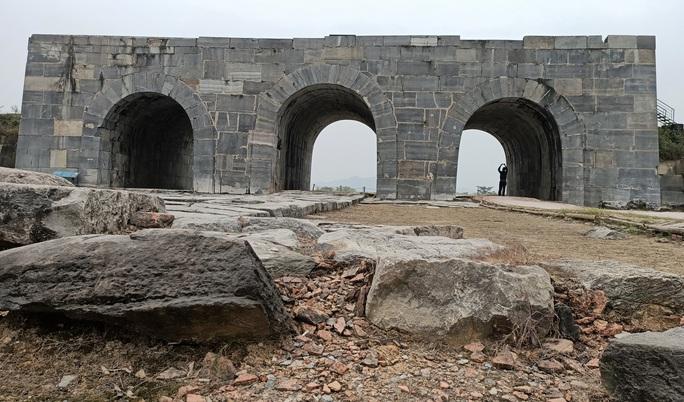 Tảng đá kỳ lạ in hình đầu người và đôi bàn tay ở Thành nhà Hồ - Ảnh 1.