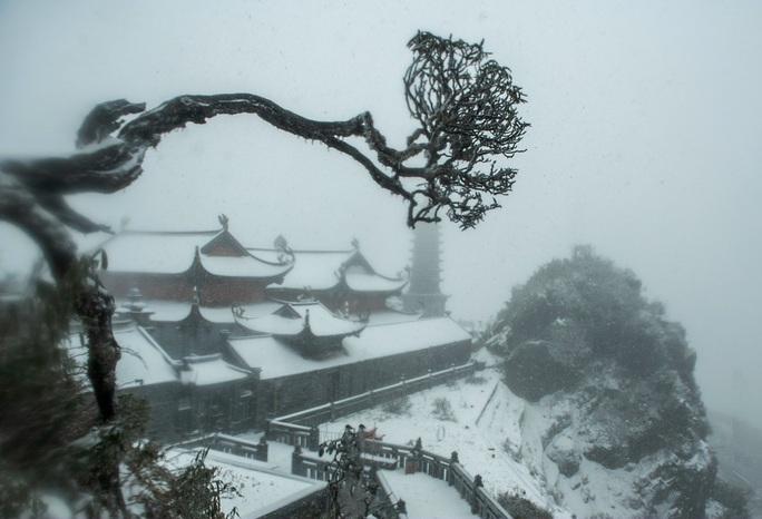 Luồng mưa tuyết hiếm thấy từ phía Bắc tràn xuống phủ trắng xóa đỉnh Fansipan - Ảnh 2.