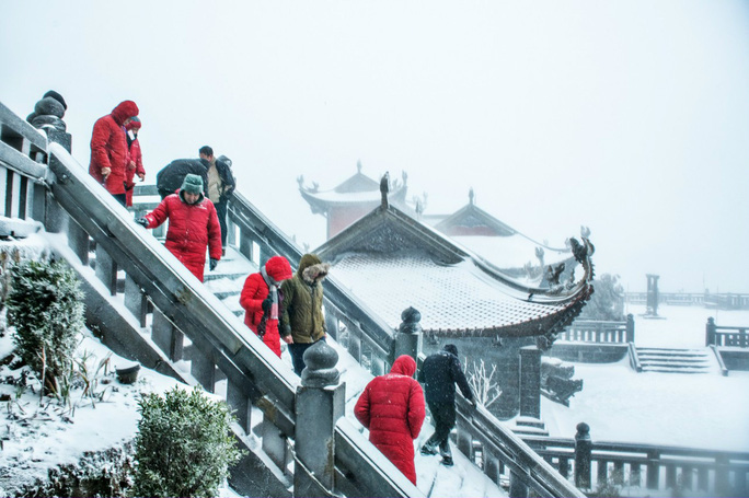 Luồng mưa tuyết hiếm thấy từ phía Bắc tràn xuống phủ trắng xóa đỉnh Fansipan - Ảnh 3.