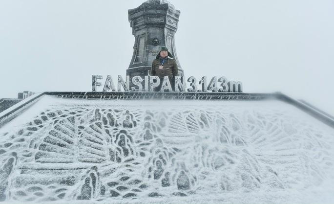 Luồng mưa tuyết hiếm thấy từ phía Bắc tràn xuống phủ trắng xóa đỉnh Fansipan - Ảnh 1.