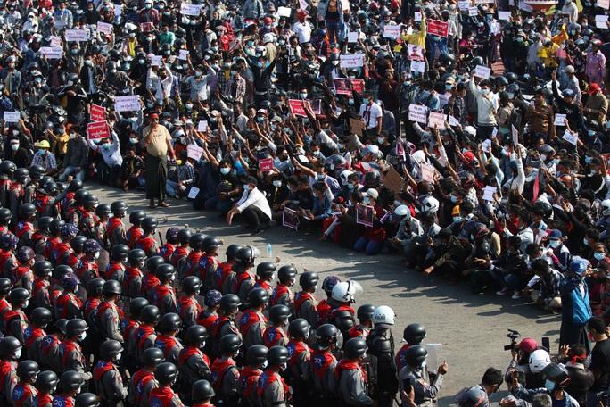 Myanmar thiết quân luật nhiều thành phố - Ảnh 1.
