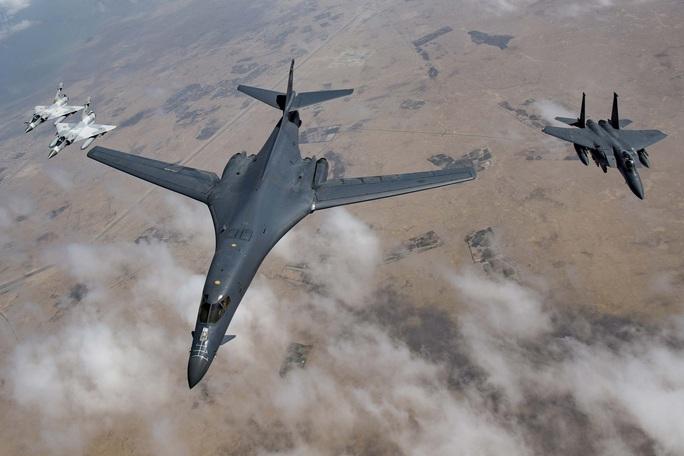 Máy bay ném bom B-1 của Mỹ gởi thông điệp đến Nga - Ảnh 1.