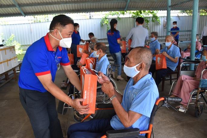 Báo Người Lao Động trao hơn 500 phần quà Tết ấm cho người vô gia cư - Ảnh 3.