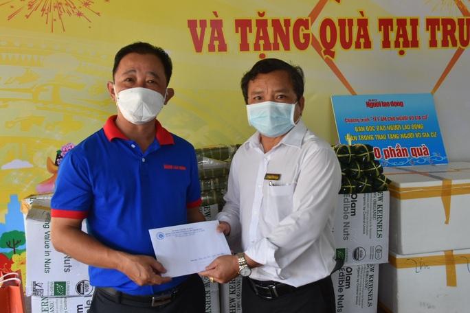 Báo Người Lao Động trao hơn 500 phần quà Tết ấm cho người vô gia cư - Ảnh 4.