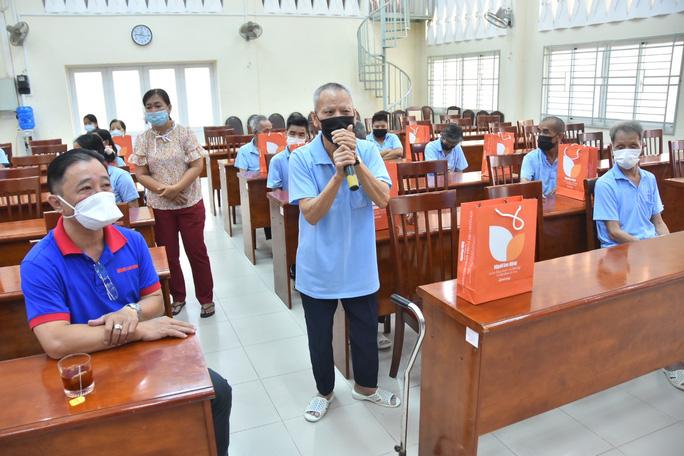 Báo Người Lao Động trao hơn 500 phần quà Tết ấm cho người vô gia cư - Ảnh 1.