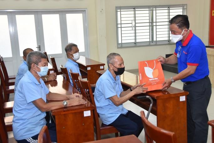 Báo Người Lao Động trao hơn 500 phần quà Tết ấm cho người vô gia cư - Ảnh 2.
