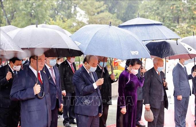 Lãnh đạo Đảng, Nhà nước vào Lăng viếng Chủ tịch Hồ Chí Minh nhân dịp Tết Tân Sửu - Ảnh 2.