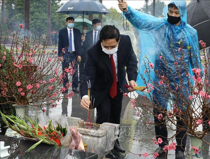 Lãnh đạo Đảng, Nhà nước vào Lăng viếng Chủ tịch Hồ Chí Minh nhân dịp Tết Tân Sửu - Ảnh 10.
