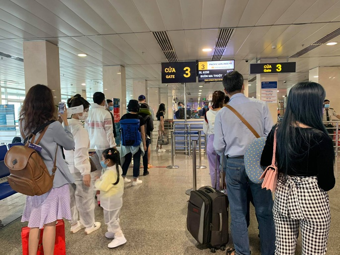 TP HCM: Thêm 2 ca nghi nhiễm Covid-19 mới ở sân bay Tân Sơn Nhất - Ảnh 1.
