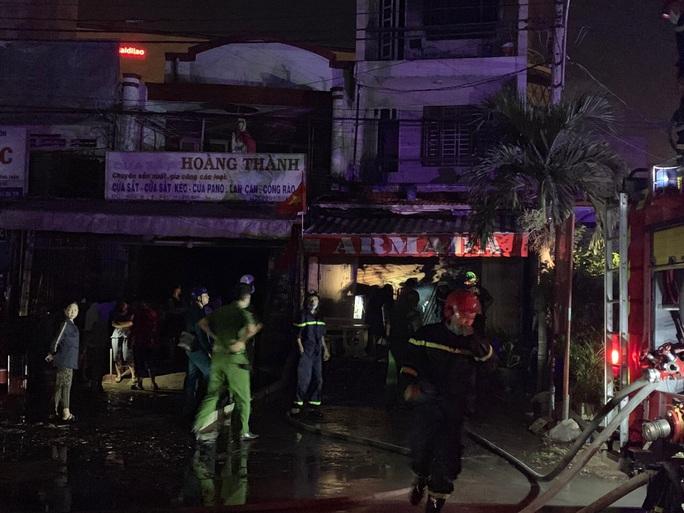 Gấp rút điều tra vụ cháy nhà 3 tầng giữa đêm ở TP Thủ Đức - Ảnh 1.